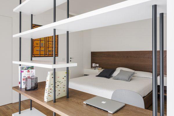 Interno di un appartamento a Milano, progetto Nomade Architettura, consulenza artistica Vera Canevazzi, opera di Thomas Eigel, foto Simone Furiosi.